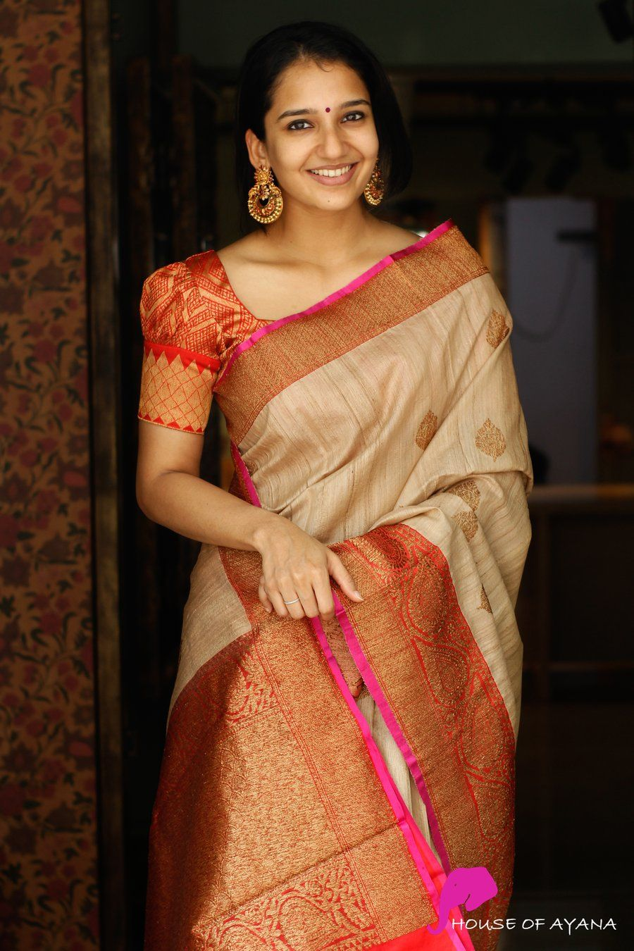pattern of the blouse to give a new look to the Banarasi saree.